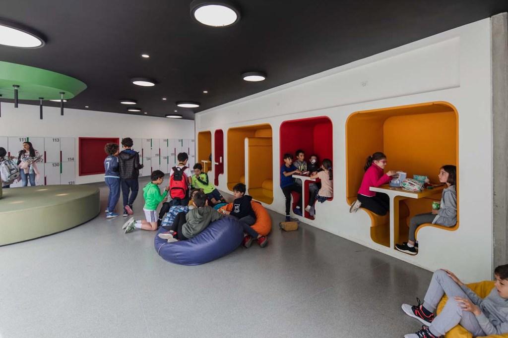 Los corredores se aprovecharon para generar espacios de reunión a través de  divertidos nichos. Diseño de Arquint. Fotografía: Alejandro Arango. Cortesía: EEM.