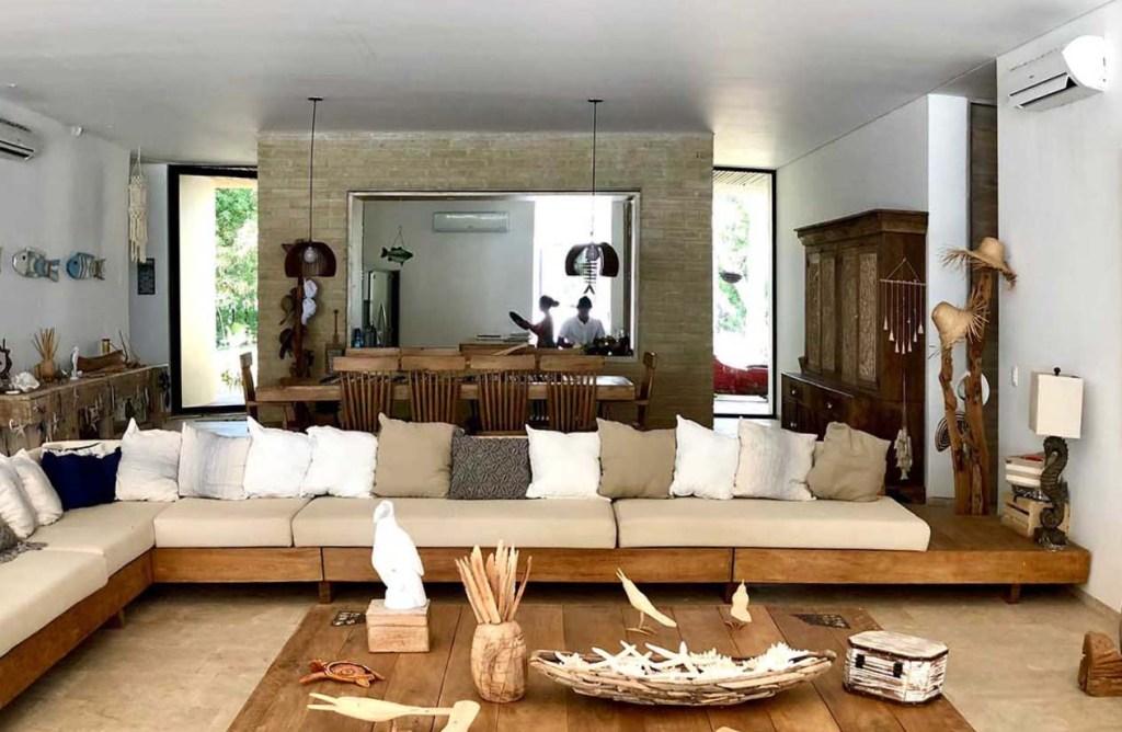 Para sla asala se escogió muebles de madera dispusto en forma de L. detras, el comedor, y al fondo la cocina. Fotografía. Yvonne Meyer-