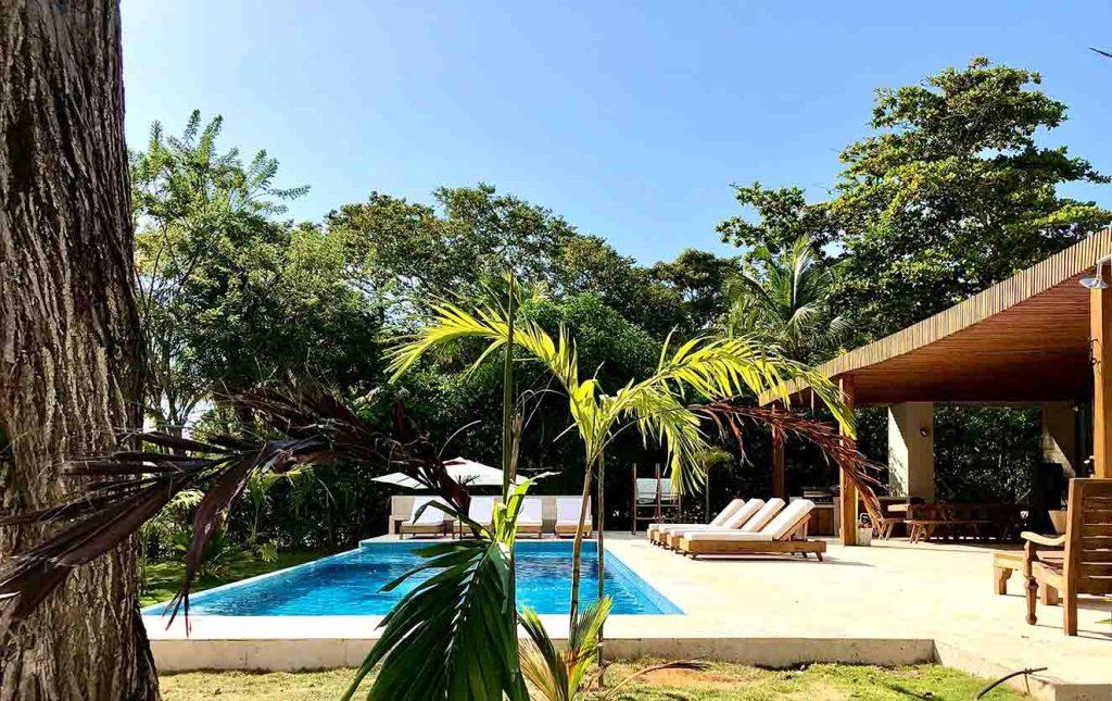 El piso del área de la piscina y zona de tumbonas es de piedra coralina. Fotografía: Yvonne Meyer.