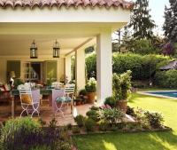 How to decor a large outdoor area