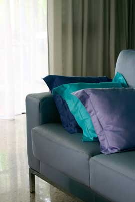 Тонкое использование аналогичной цветовой схемы с использованием фиолетового, сине-фиолетового и синего цветов на подушках.