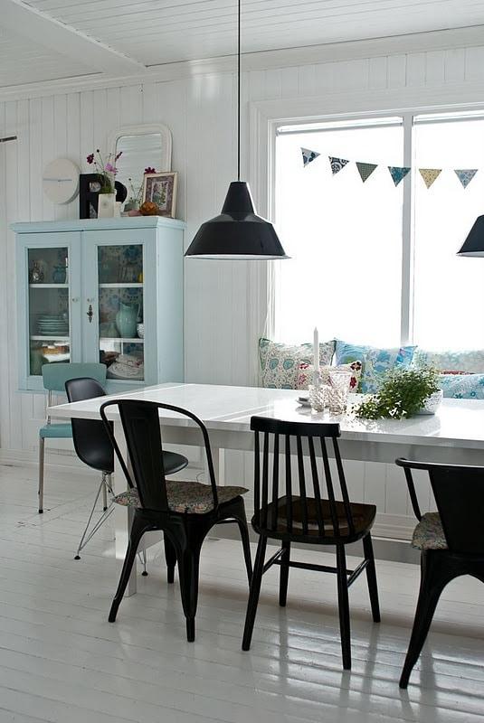 Eettafel met verschillende stoelen  InteriorInsidernl