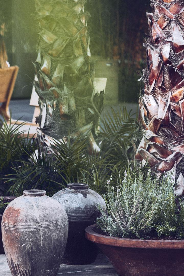 Detalle diseño arquitectura real estate de jarrones al exterior del restaurante de Casa Cook Ibiza en las Islas Baleares