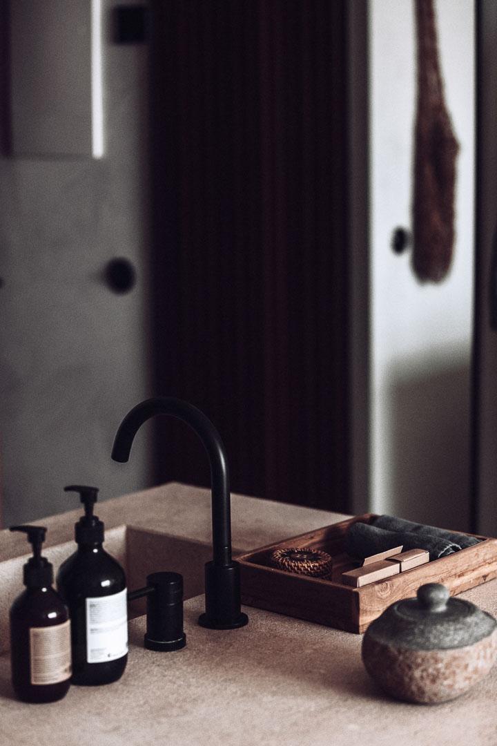 Detalle fotografía arquitectura real estate del lavabo en el dormitorio de casa cook Ibiza