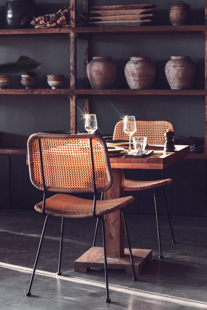 Fotografía de diseño arquitectura real estate de mesa y sillas del comedor del hotel Casa Cook Ibiza en islas baleares