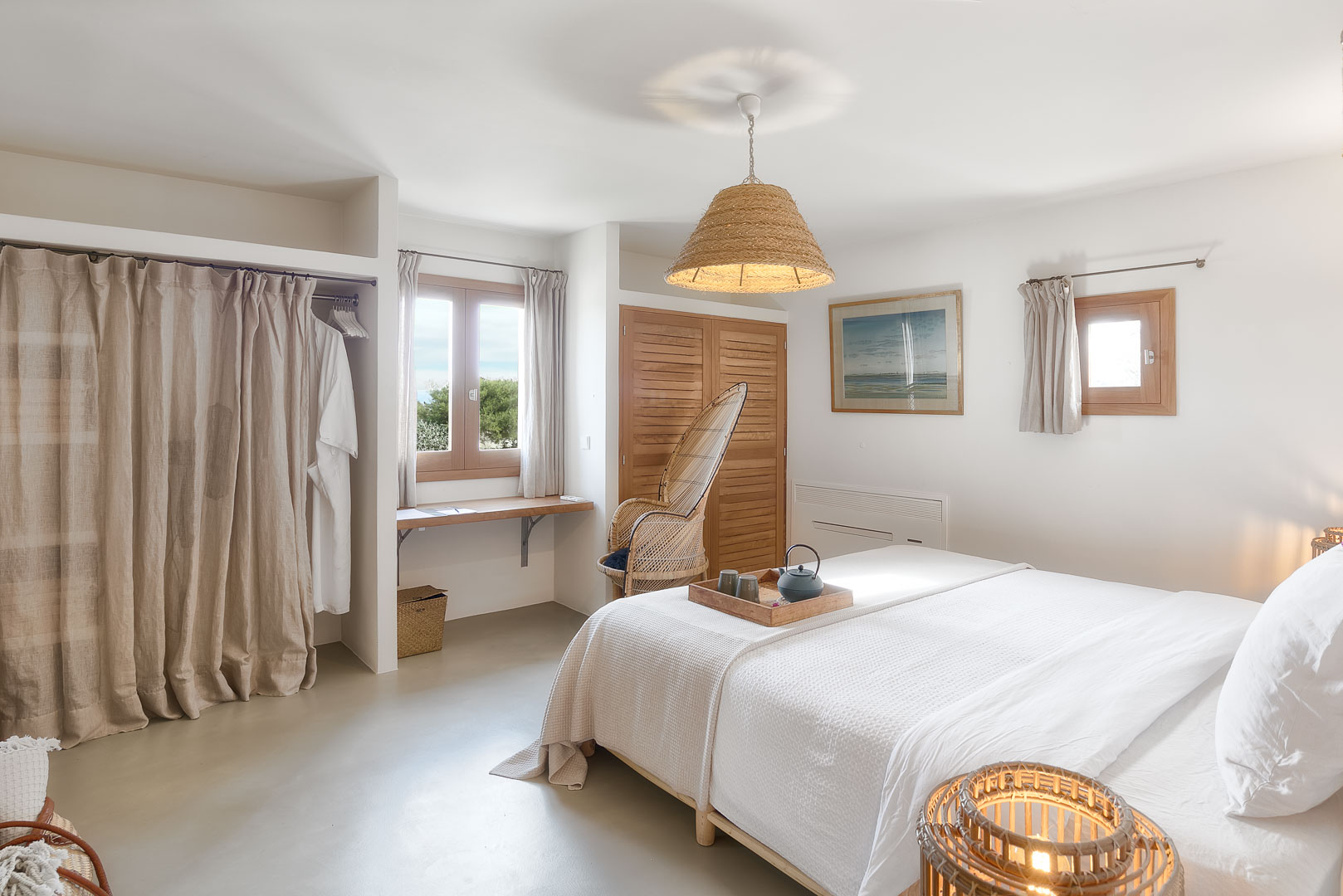 Fotografía interiorismo real State del interior de un dormitorio de villa privada de Formentera