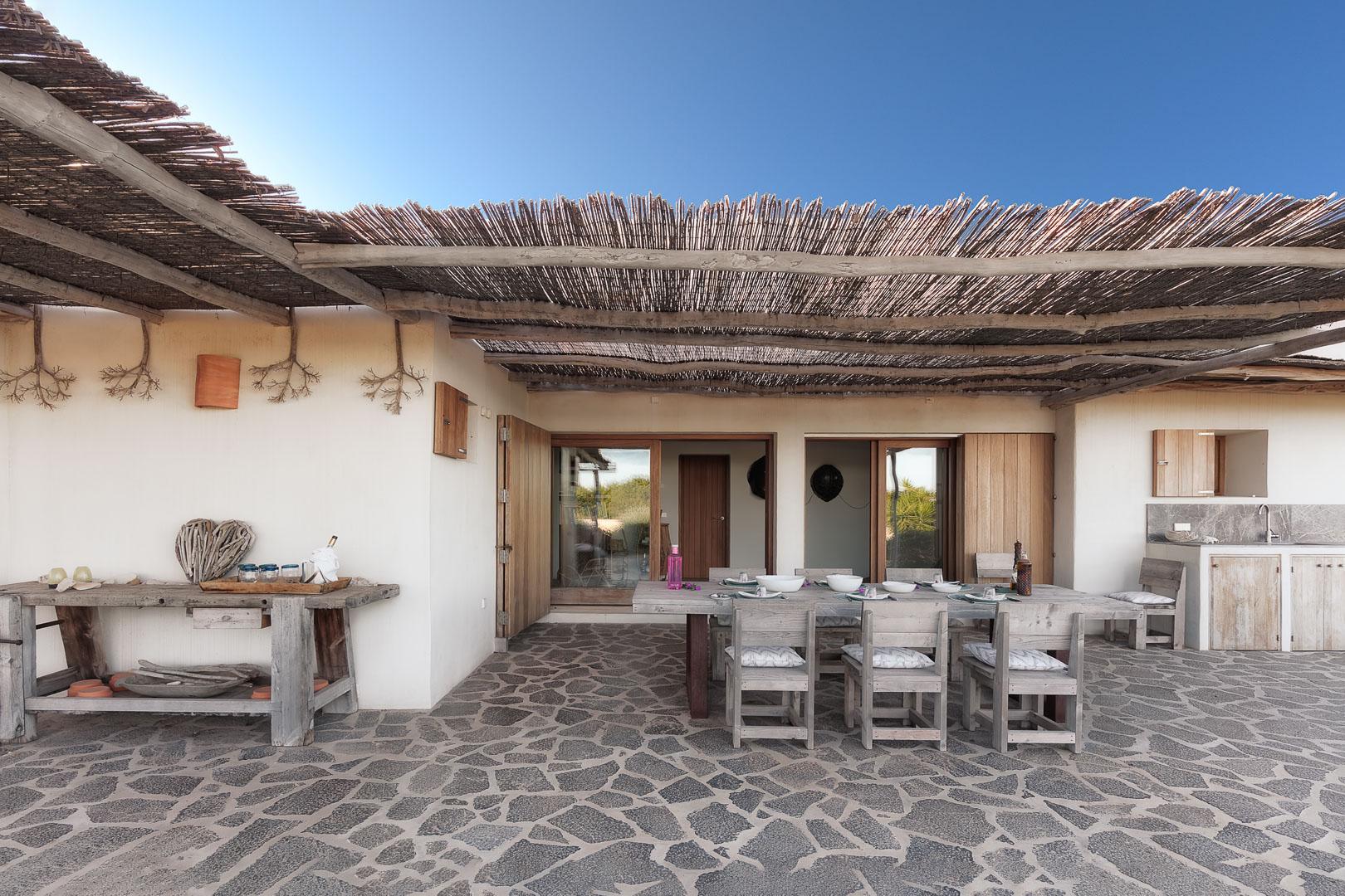 Fotografía real estate profesional del exterior de la terraza y comedor en casa de campo en Formentera