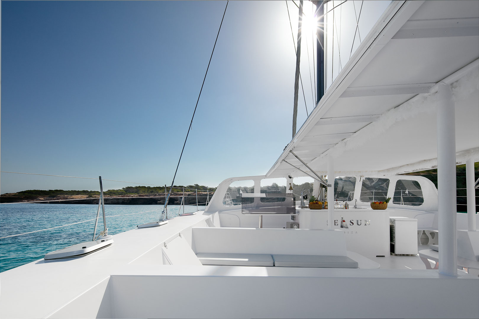 fotografia profesional publicitaria del exterior izquierdo de un catamaran para pasajeros en ibiza