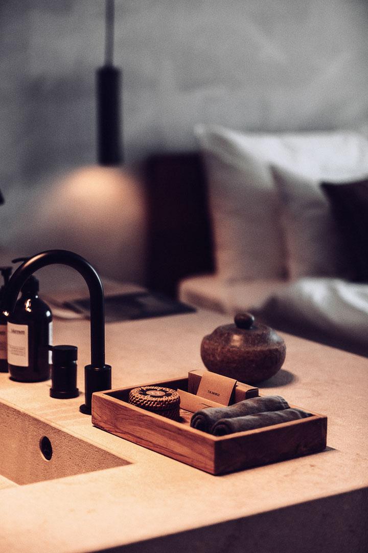 imagen fotografía arquitectura real estate de detalle del lavabo en el dormitorio de casa cook Ibiza