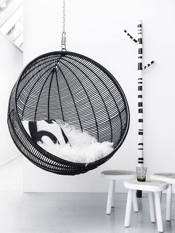 schommel-in-huis zwart-wit interieur wonen monochroom woontrends
