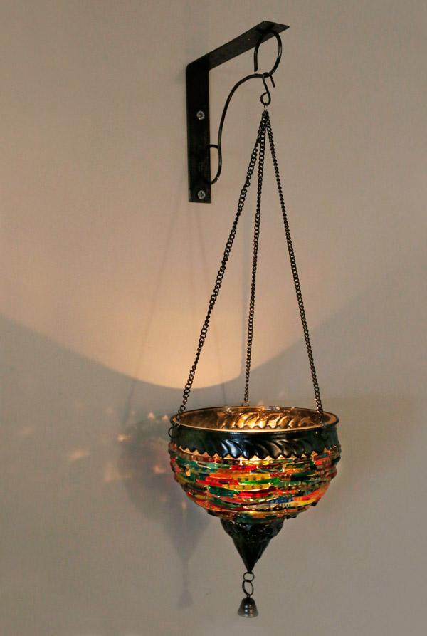 Wandlamp met een kaarsje  hangende oosterse theelichthouder