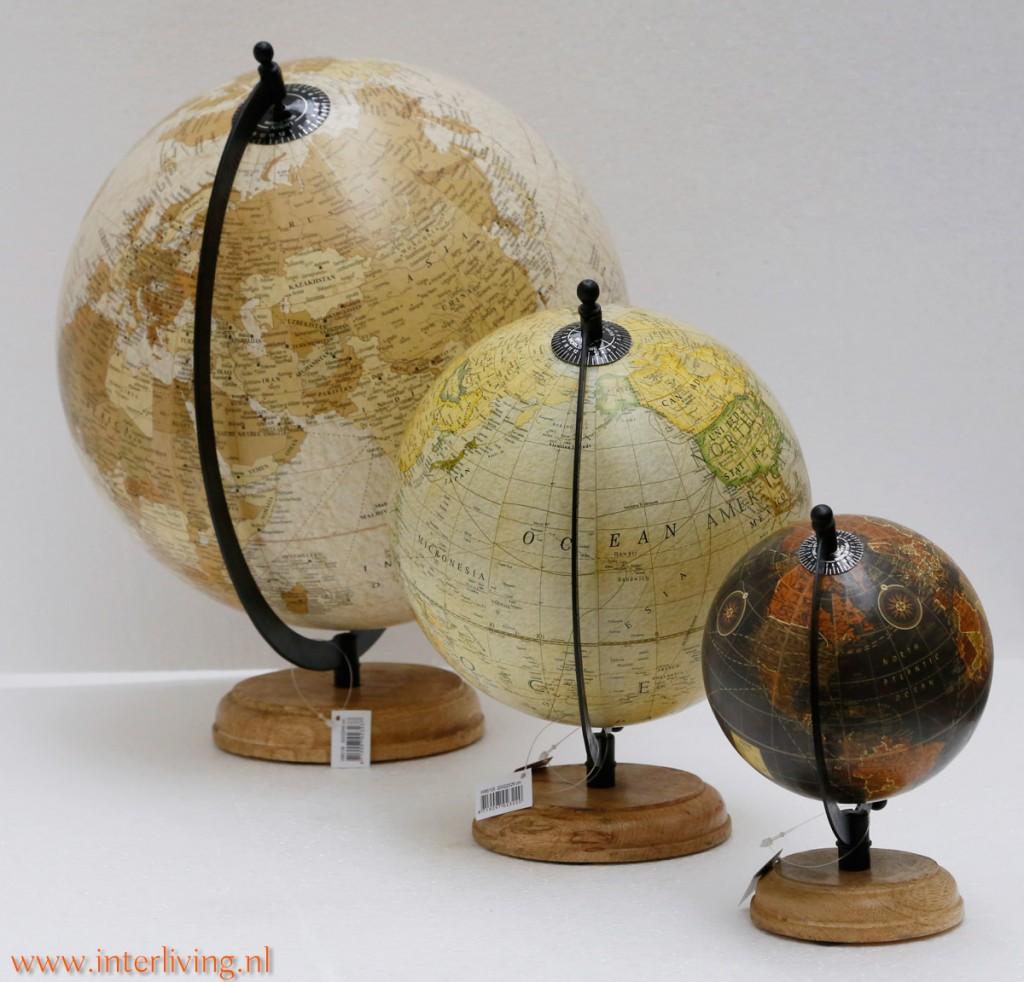 vintage wereldbol op houten voet of antieke wereldkaart