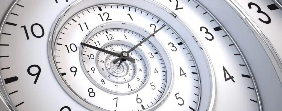 Espiral a través del tiempo representa por múltiples relojes