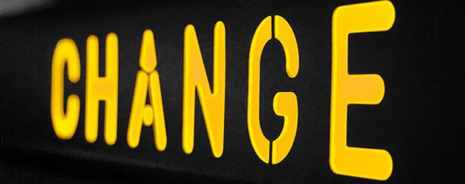 Letrero negro con letras amarillas que dicen cambio para representar cómo manejar la resistencia al cambio