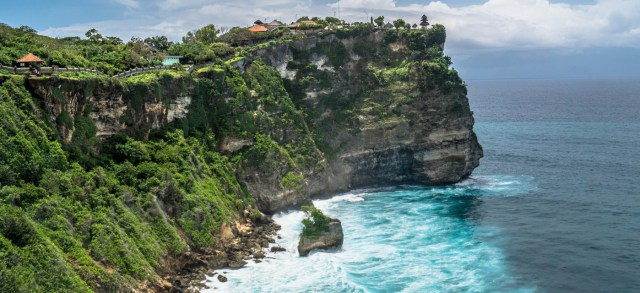 Bali_Uluwatu-temple-on-the-rock-cliff-with-stunning-ocean-view-