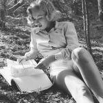 Marilyn Monroe reading art magazine