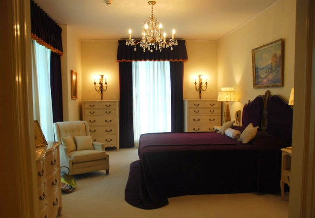 Elvis-Prestley-Graceland-Parents-Bedroom