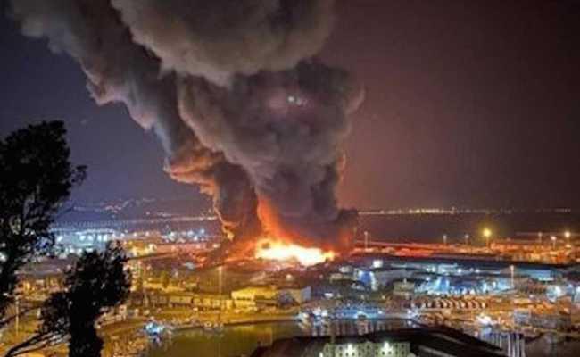 Un Grande Incendio è Divampato Nel Porto Di Ancona
