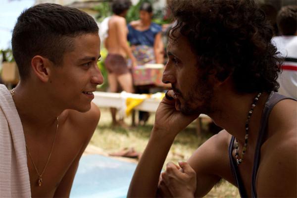 o performer Clécio Wanderley (Irandhir Santos) e o soldado raso Fininha (Jesuíta Barbosa)