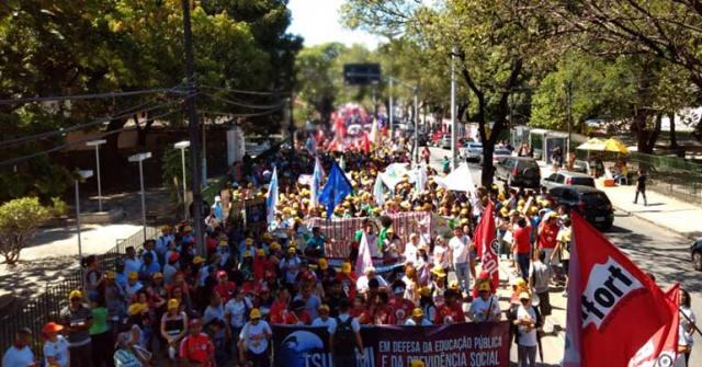 cortes na Educação, manifestação, muitas pessoas, caminhada avenida, povo na rua, avenida treze de maio