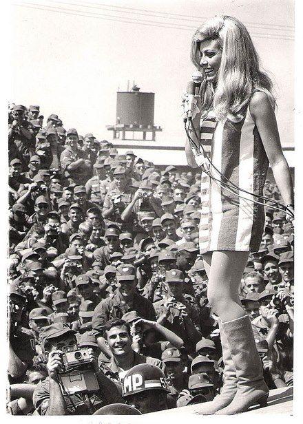 1967, Nancy Sinatra si esibisce in Vietnam