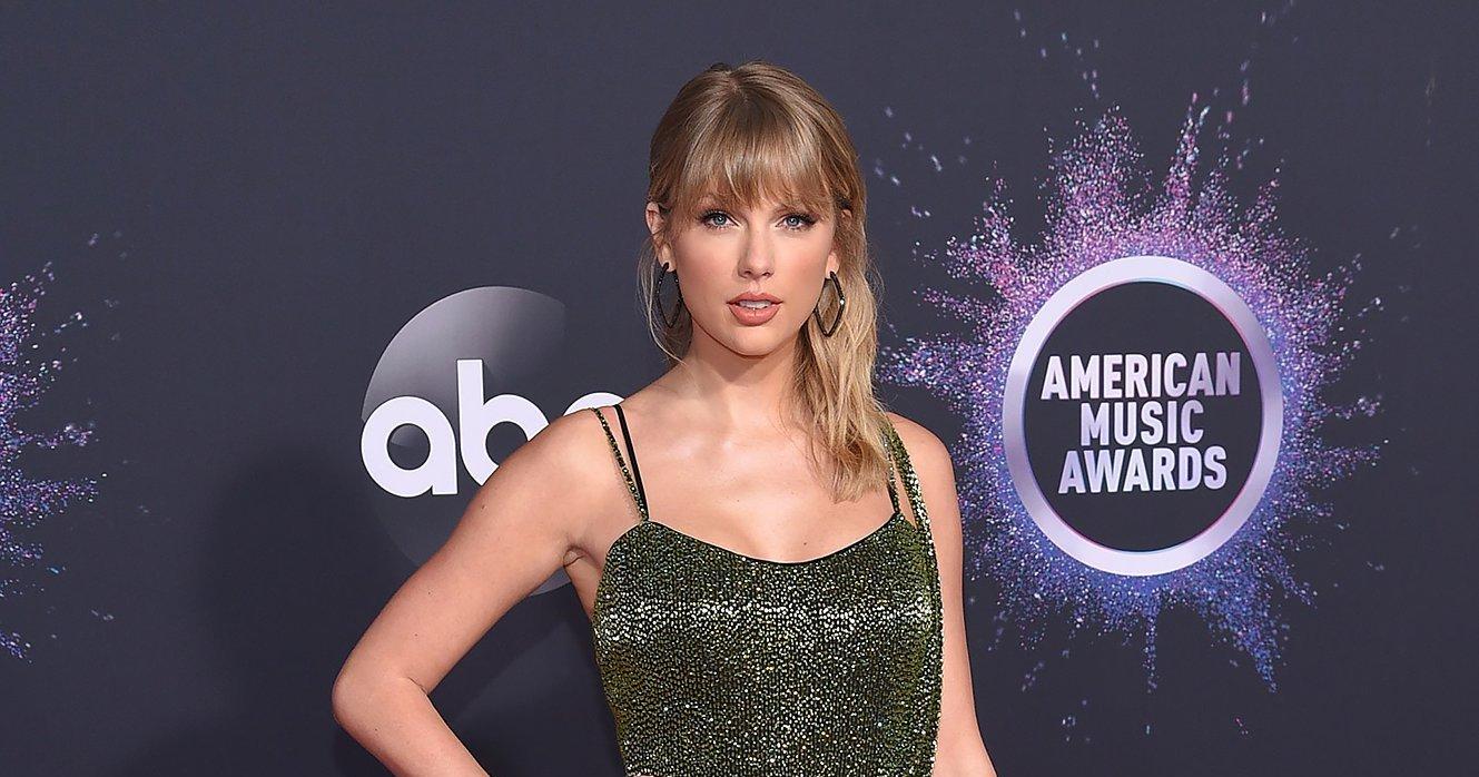 2019 Amas Taylor Swift Makes Red Carpet Appearance Amid Drama
