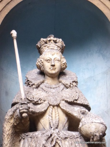 Queen Elizabeth I statue