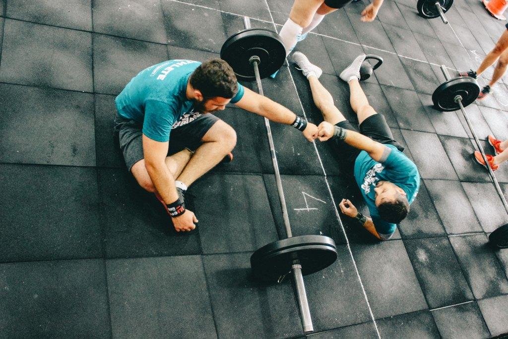 zwei Männer im Fitnessstudio geben sich die Faust