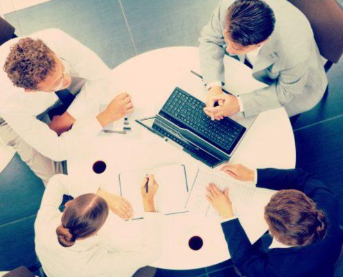 Quais as principais diferenças entre introvertidos e extrovertidos no ambiente de trabalho?