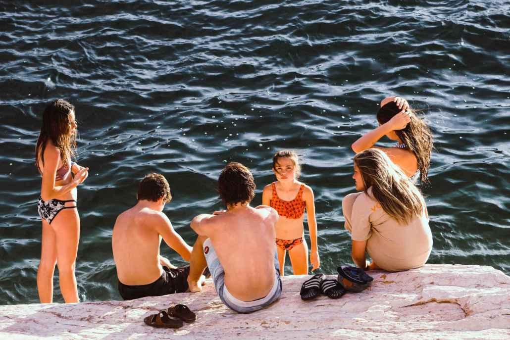 Tanto os introvertidos quanto os extrovertidos se exaurem de muita socialização