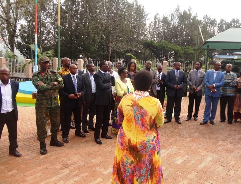 Mayor Mutakwasuku Yvonne asobanurira abayobozi iby'inyubako y'akarere.