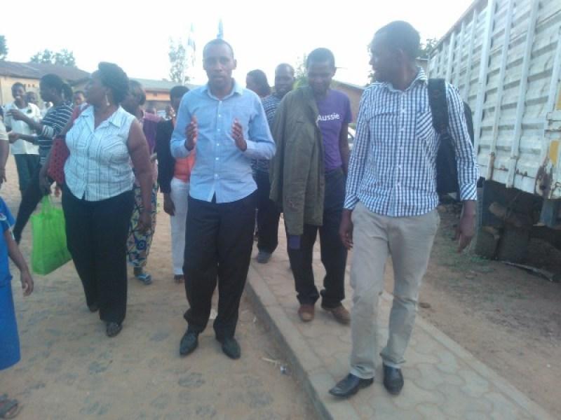 Gitifu Karake ashagawe n'imbaga y'abari baje kumutegereza ngo bamugeze murugo.