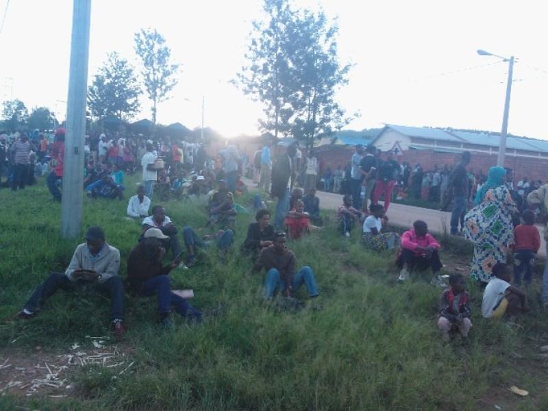 Besnhi bari bicaye Kamuhanda impande ya Nyabarongo bategereje ko ikama ngo bambuke.