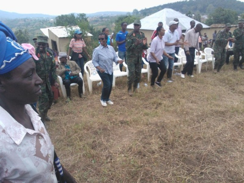 Intumwa za rubanda, abayobozi batandukanye hamwe n'abaturage bacinya akadiho.