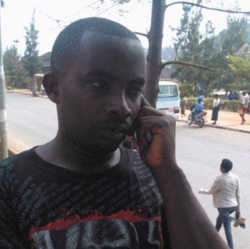 Umunyamakuru Ndahiro Pappy wahohotewe n'abanyerondo ikote ryari inyuma y'aka gapira yarikuyemo kuko ryari ryanduye.