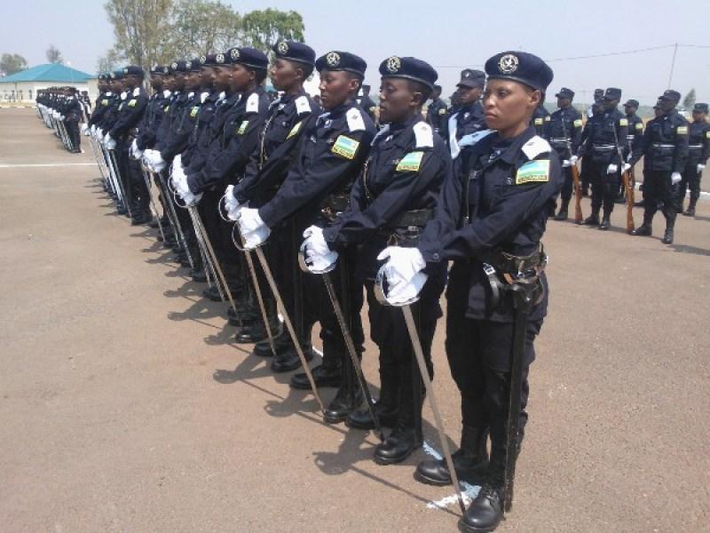 Bamwe mu bapolisi barangije amasomo y'aba ofisiye bato muri Polisi.