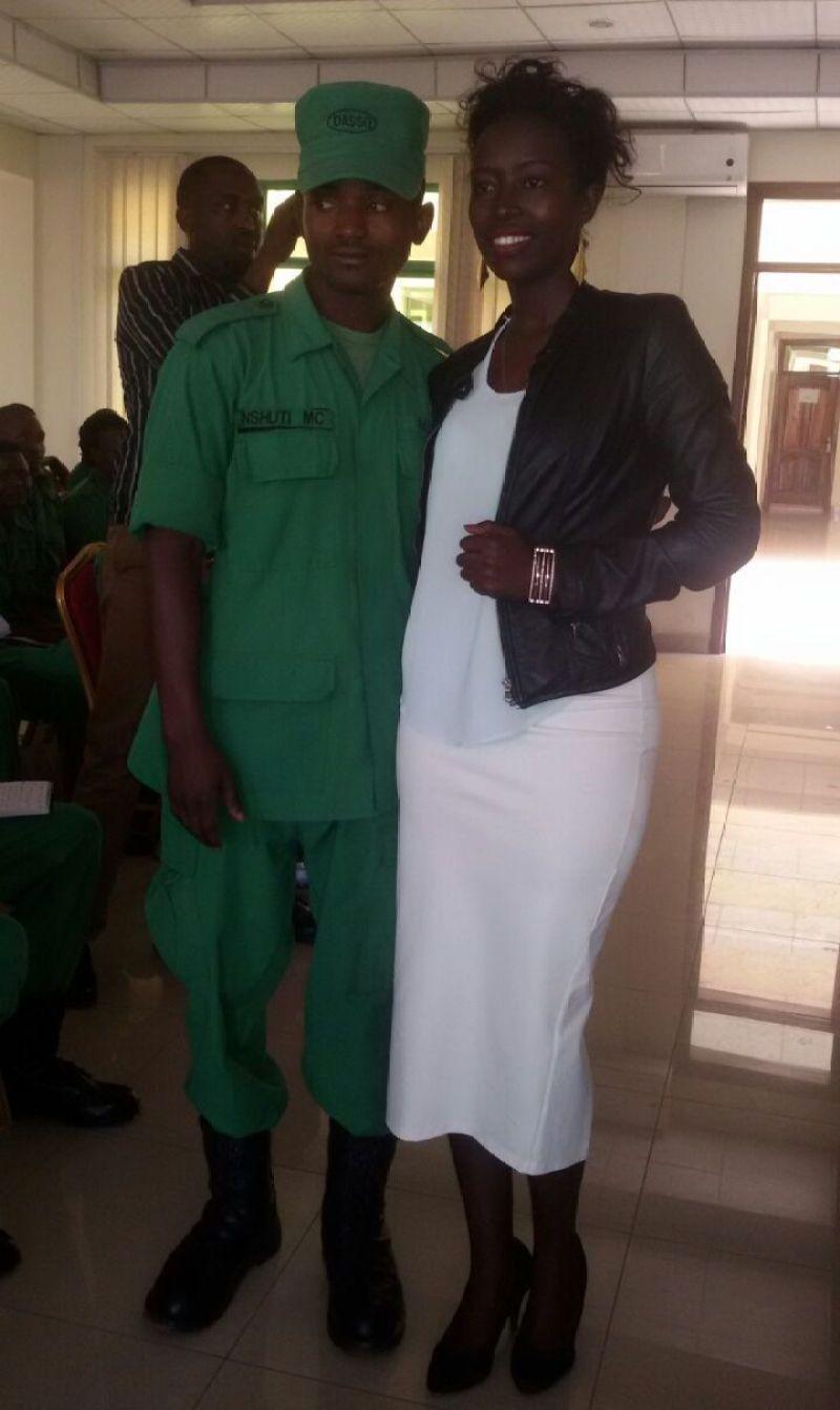 DASSO Nshuti Mbonyingabo hamwe n'uwo yatoraguriye ibyangombwa Judithe Niyonizera.
