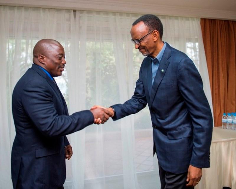 Perezida Paul Kagame w'u Rwanda asuhuzanya na mugenzi we wa Kongo Kinshasha Joseph Kabila Kabange.