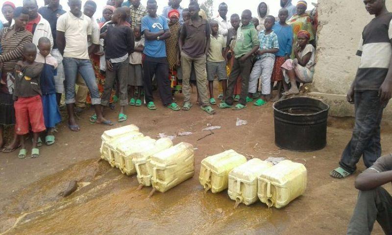 Abaturage bari ahakorewe igikorwa cyo kwangiza ibiyobyabwenge bareba nyuma baganiriye na Polisi.