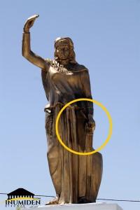تمثال الملكة ذايا بعد عملية الترميم الترقيعية، وأثار الحروق واضحة عليه حتى بعد الدّهن - صورة إينوميدن.كوم