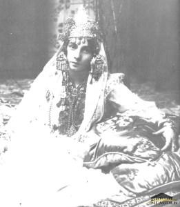 Jeune femme en costume tlemcenien