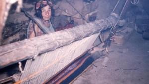 femme chaouie derrière son Azetta , métier à tisser . Photo : Claude Cornu
