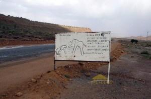 Le site rupestre se situe à 10 km à l'ouest d'El Ghicha