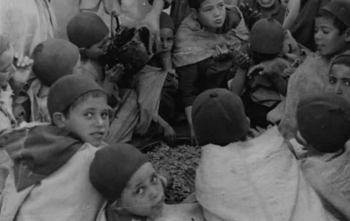 Fig. 3 Garçonnets festoyant lors d'une cérémonie religieuse à la mosquée de Sidi Mohammed ben Abdallah. Photographie prise par Thérèse Rivière le 6 février 1936 à Kébech. Fonds Thérèse Rivière, musée du quai Branly.