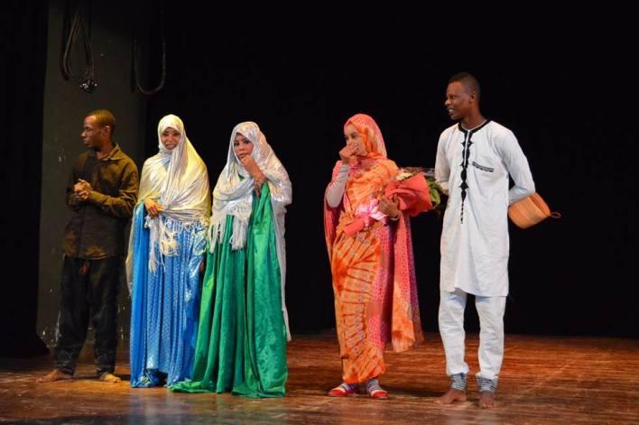 La troupe d'Illizi saluant le public après la fin de leur pièce