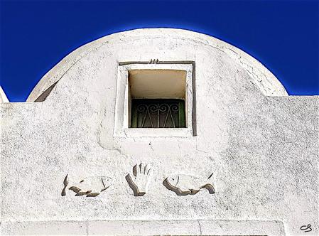 Détail architectural au sud de l'île de Djerba : main Hamsa entre deux poissons © C. Sorand
