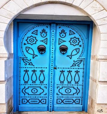 Une porte de Sidi Bou Saïd ayant l'effigie de la main Hamsa et du poisson © C. Sorand
