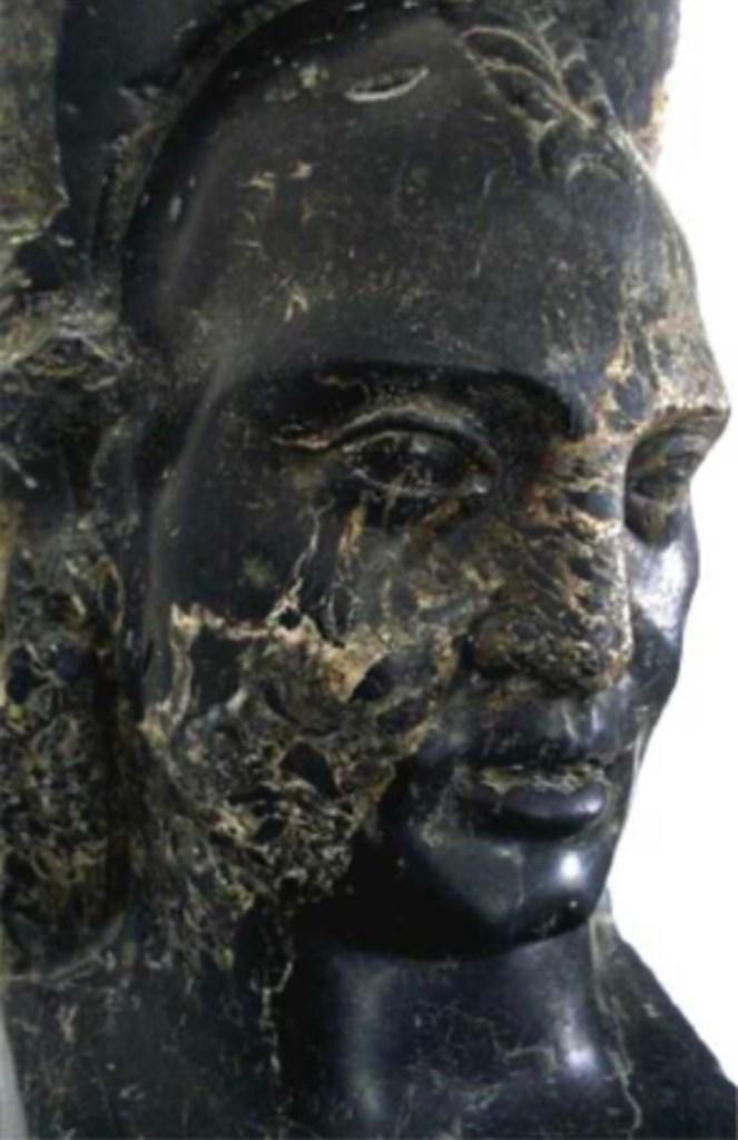 Buste de Libyen découvert dans les fouilles des thermes d'Antonin de Carthage. Pilier en schiste noir. Les guerriers berbères sont rarement représentés dans l'iconographie romaine dont les coiffures sont souvent originales. Ce Libyien a le crâne rasé et une natte tressée. Musée du Bardo, Tunisie. Domaine public