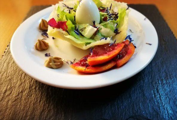 Cestini di parmigiano con insalata mista e uova di quaglia