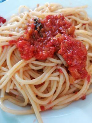 Spaghetti con salsa di pomodoro alle melanzane